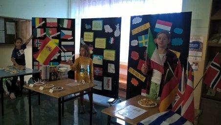 Uczennice klasy Vb przygotowały degustację smakołyków różnych krajów europejskich.