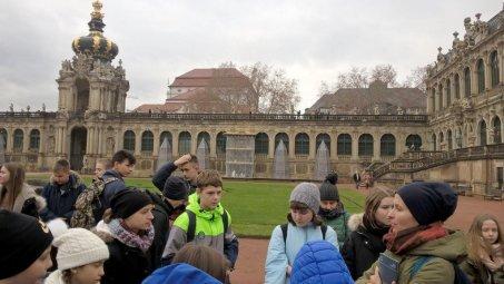 Zasłuchani na dziedzińcu zespołu pałacowego Zwinger